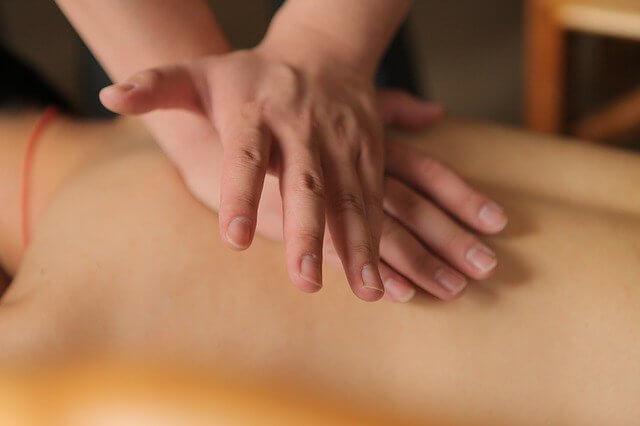 un massage shiatsu avec pression des mains